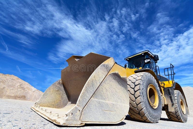 Máquina da construção pesada na mineração do aberto-molde - rode o carregador tr fotografia de stock