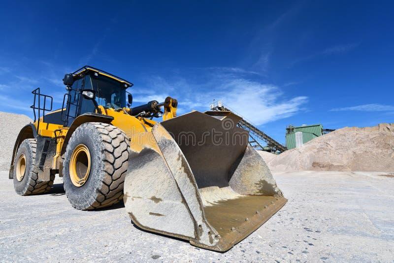 Máquina da construção pesada na mineração do aberto-molde - rode o carregador tr foto de stock royalty free