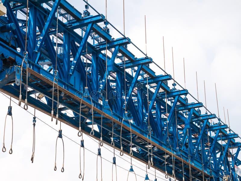 Máquina da ereção da viga de ponte para a estrada imagens de stock royalty free