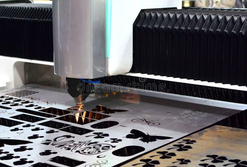 M?quina da ind?stria do trabajo em metal do corte do laser CCN na f?brica fotos de stock royalty free