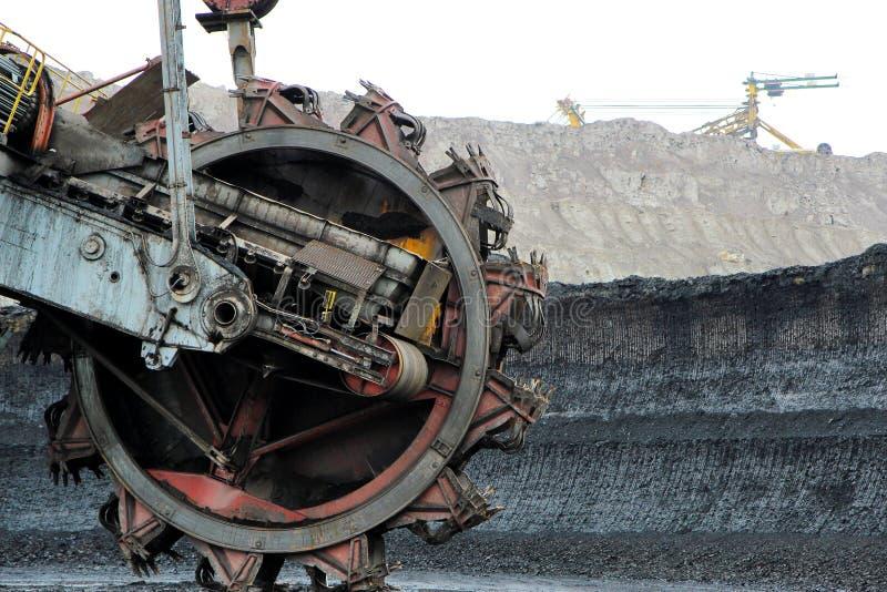 Máquina da máquina escavadora da mineração na mina de carvão marrom fotos de stock royalty free