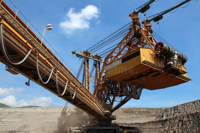 máquina da máquina escavadora de carvão na mina de carvão marrom imagens de stock