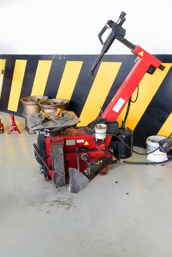 Máquina de borracha do cambiador do pneu da máquina da roda imagens de stock royalty free