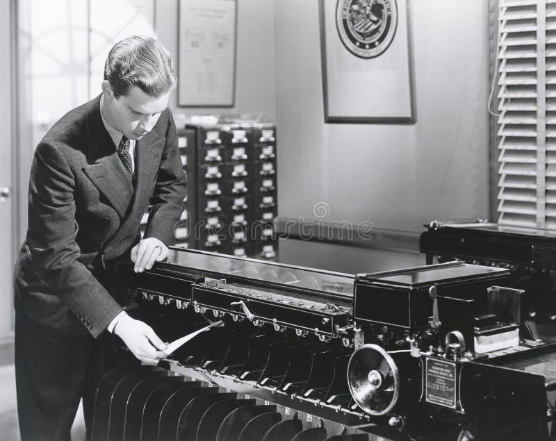 Máquina de classificação de funcionamento da impressão digital do homem foto de stock
