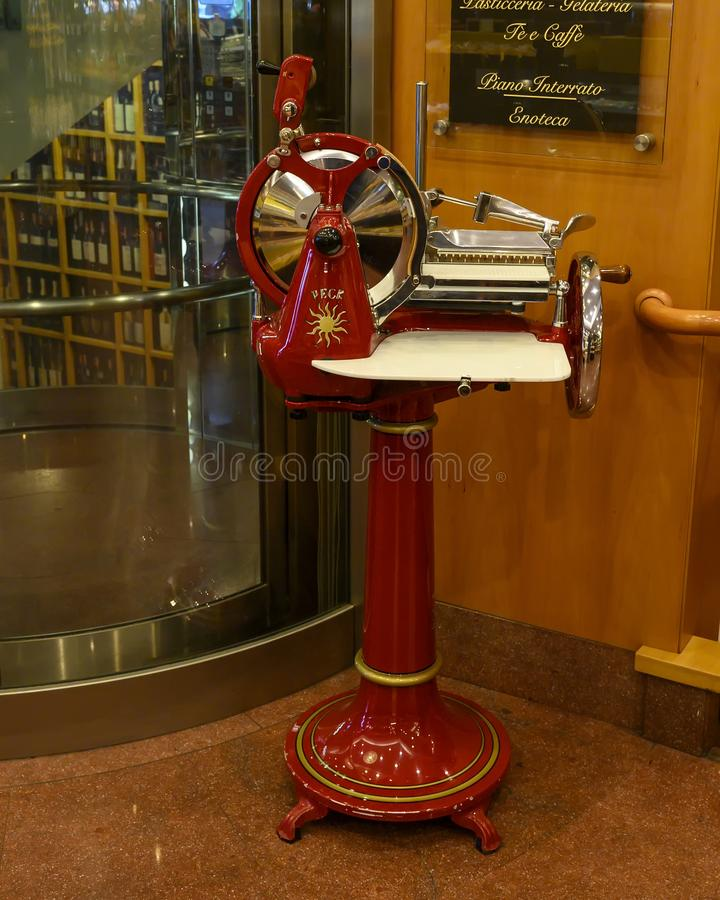 Máquina de corte antiga de Berkel em Peck Restaurant histórico em Milão, Itália imagens de stock