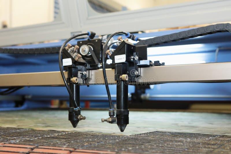 A máquina de corte do laser é uma substância, preparação das peças para costurar a roupa imagens de stock