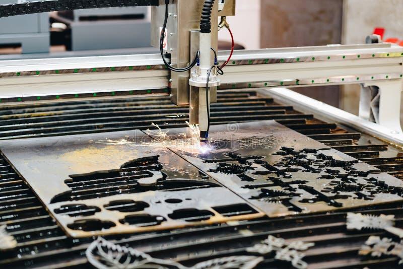Máquina de corte do plasma do CNC foto de stock