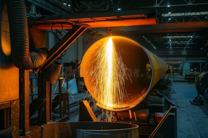 Máquina de corte do plasma com o CNC que corta a tubulação de aço com faíscas fotografia de stock