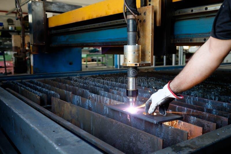 Máquina de corte do plasma, processo do corte do metal, metal que corta faíscas fotografia de stock royalty free