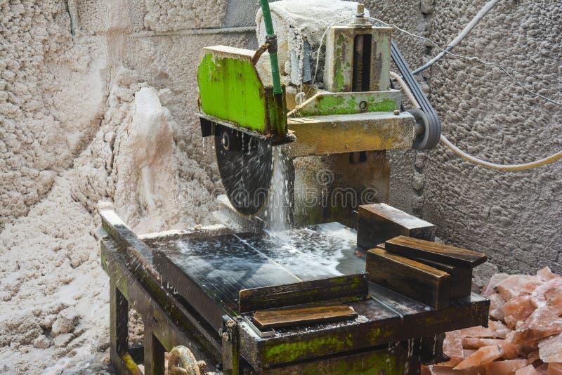 Máquina de corte Himalaia de sal de rocha fotografia de stock