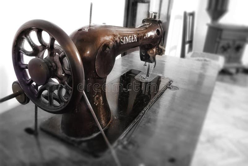 Máquina de coser - cantante fotos de archivo libres de regalías