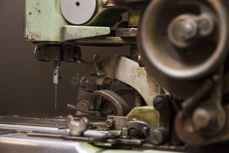 Máquina de coser industrial imagen de archivo