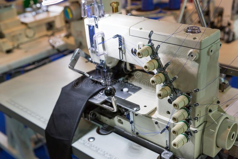 Máquina de coser y paño, nadie, fábrica de la ropa imagen de archivo libre de regalías