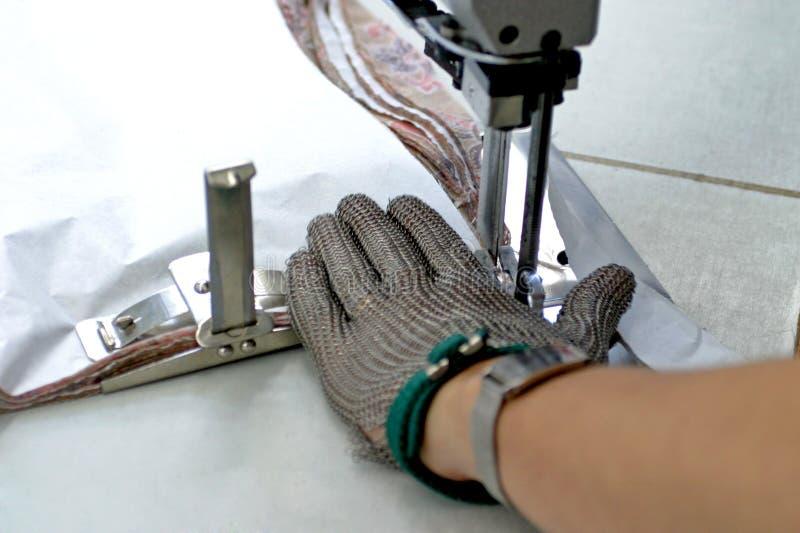 Máquina de costura e mão imagens de stock