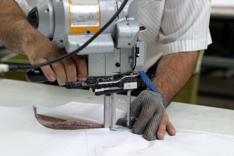 Máquina de costura e mãos fotografia de stock
