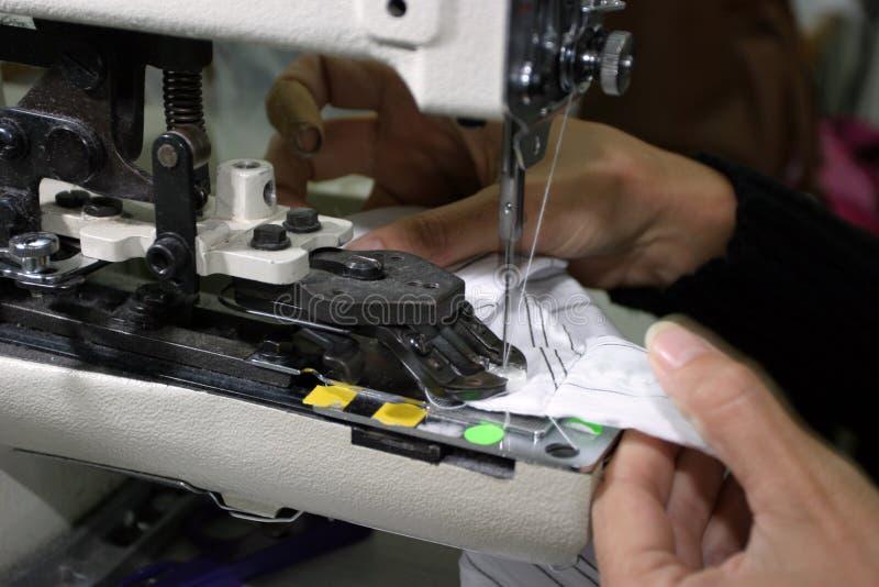 Máquina de costura e mãos imagens de stock