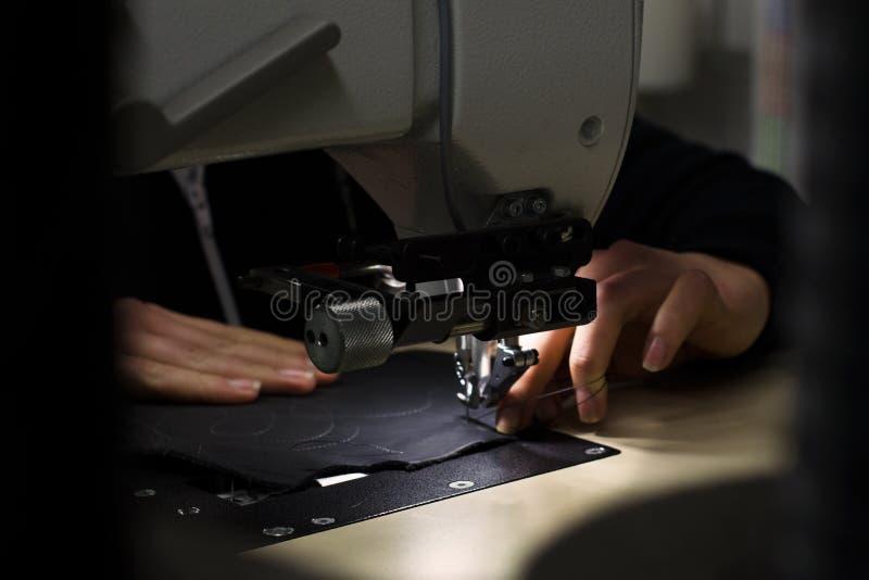 Máquina de costura e tecido da mão foto de stock royalty free