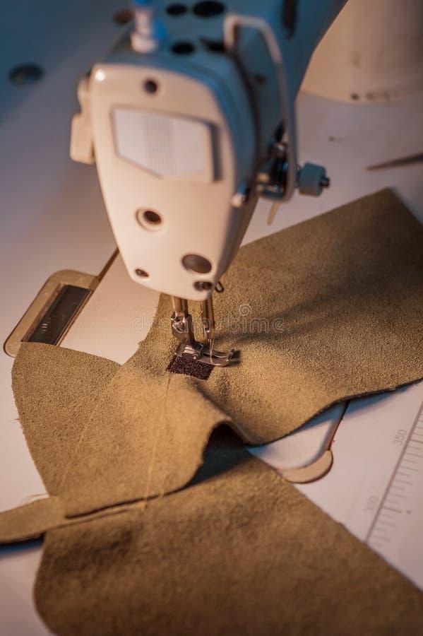 Máquina de costura na produção imagens de stock