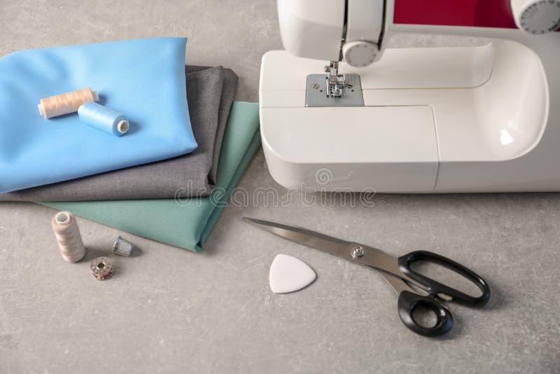 Máquina de costura, telas e acessórios para costurar foto de stock royalty free