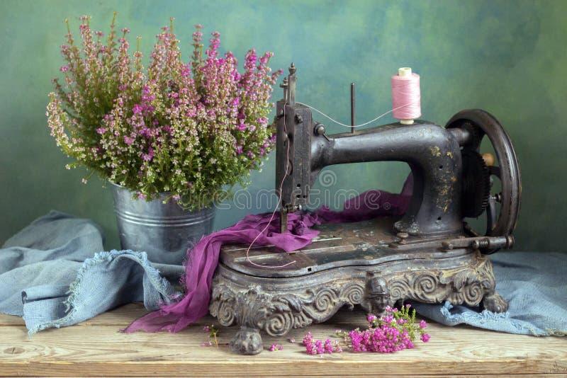 Máquina de costura velha imagem de stock royalty free