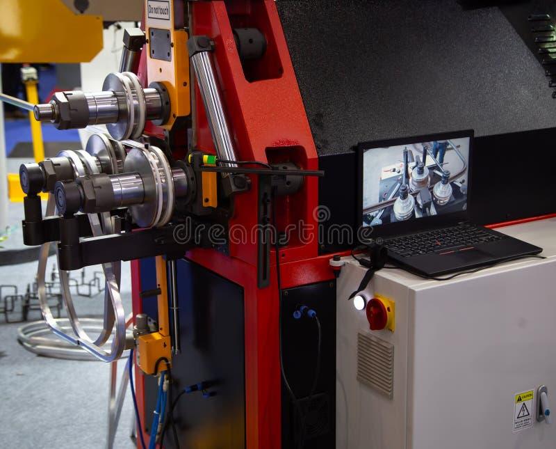 Máquina de dobra de aço vertical do círculo fotos de stock