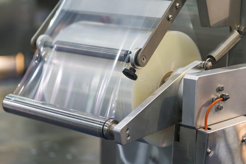 Máquina de embalagem automática com saco de plástico e a caixa de papel fotografia de stock royalty free
