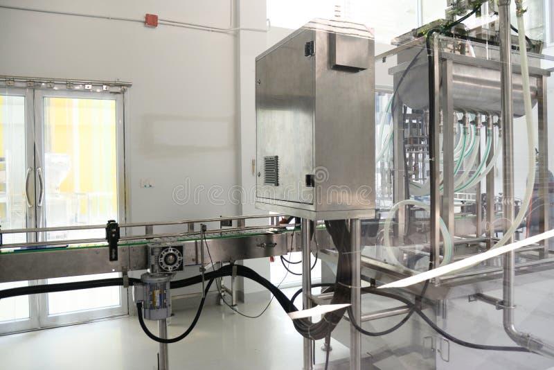 Máquina de enchimento automática de derramamento pneumática da garrafa industrial fotografia de stock