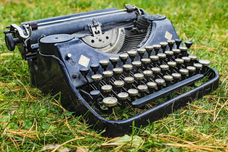 Máquina de escrever alemão antiga do vintage velho imagem de stock royalty free