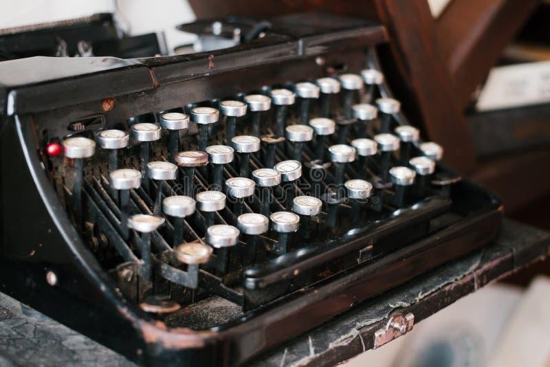 Máquina de escrever antiga, máquina de escrever empoeirada do vintage, vista lateral foto de stock