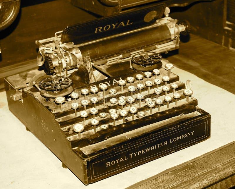 Máquina de escrever antiga na mesa no tom do Sepia fotografia de stock royalty free