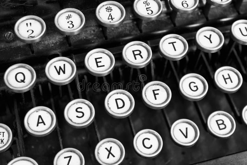 Máquina de escrever antiga - uma máquina de escrever antiga que mostra chaves QWERTY tradicionais imagens de stock