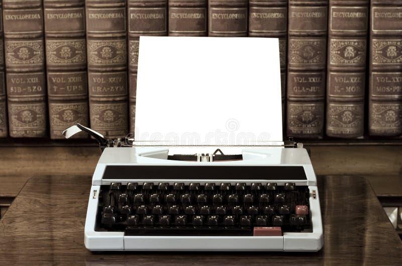 Máquina de escrever com folha em branco fotos de stock royalty free