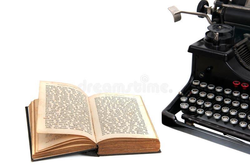 Máquina de escrever com livro velho fotografia de stock royalty free
