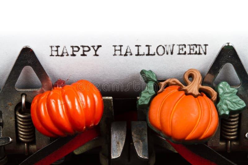 Máquina de escrever com texto Halloween feliz fotos de stock