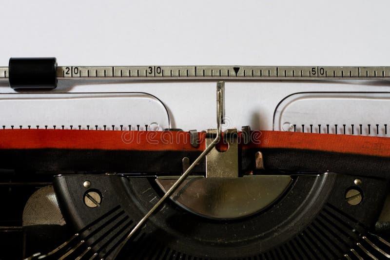 Máquina de escrever com um Livro Branco vazio Escrita na máquina de escrever fotografia de stock