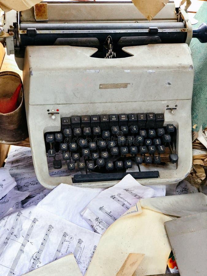 Máquina de escrever defeituosa desnecessária retro velha, equipamento profissional do escritor imagens de stock royalty free