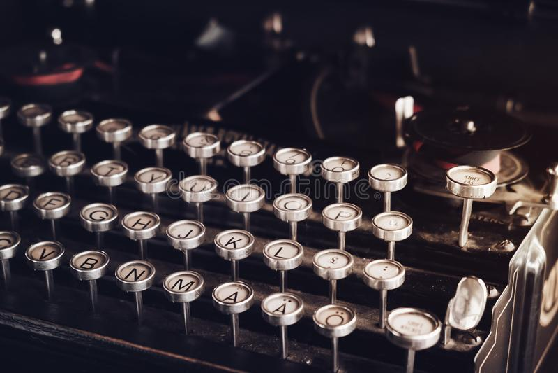 Máquina de escrever do vintage do close-up imagem de stock