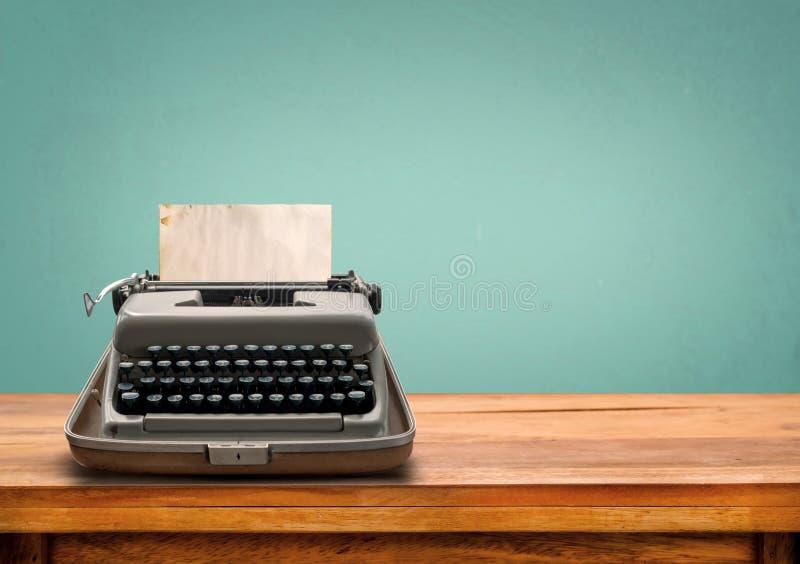 Máquina de escrever do vintage com papel velho imagens de stock