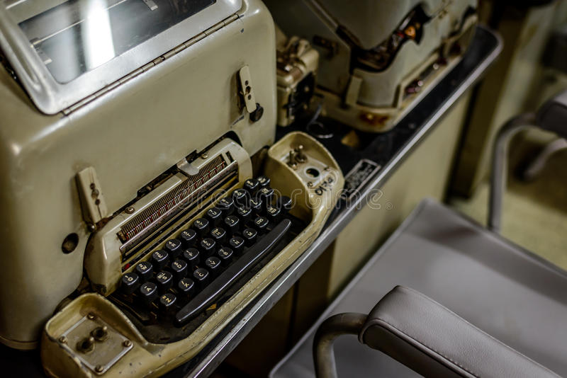 Máquina de escrever do vintage no depósito vietnamiano foto de stock