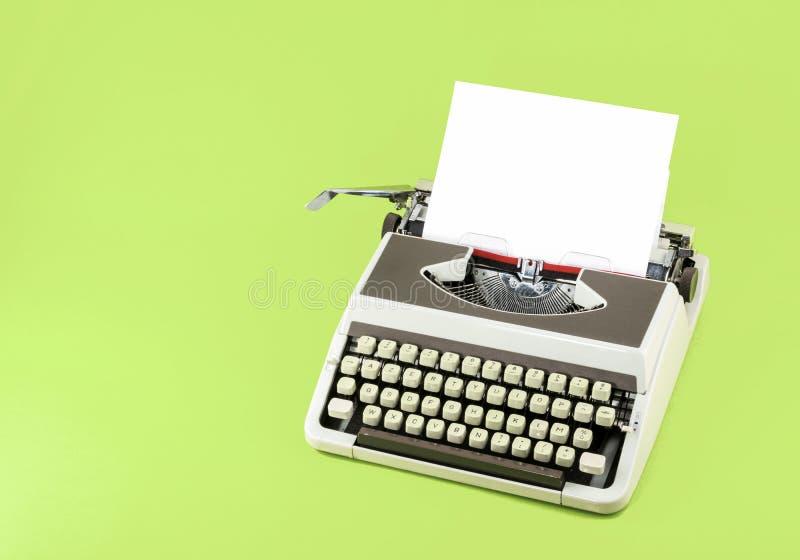 Máquina de escrever do vintage no fundo da cor imagem de stock royalty free