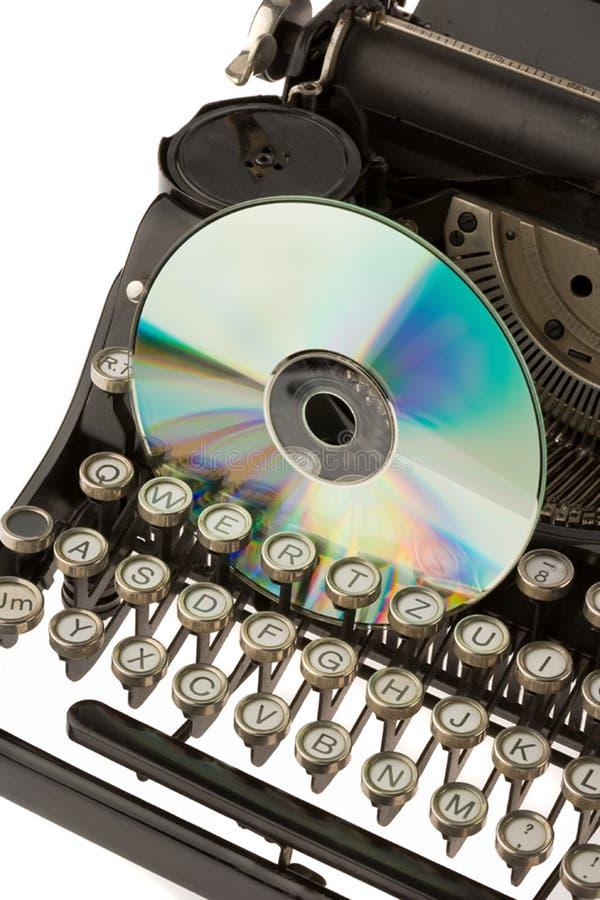 Máquina de escrever e CD velhos fotografia de stock