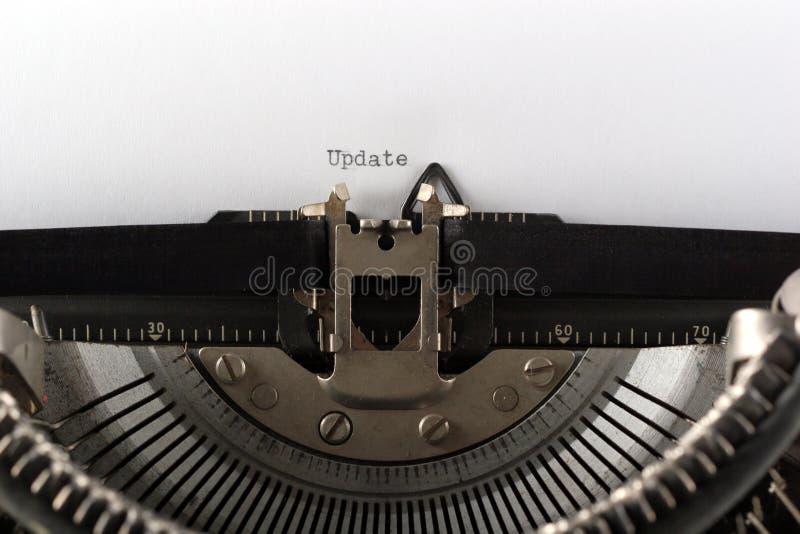 Máquina de escrever que datilografa a actualização da palavra imagem de stock royalty free