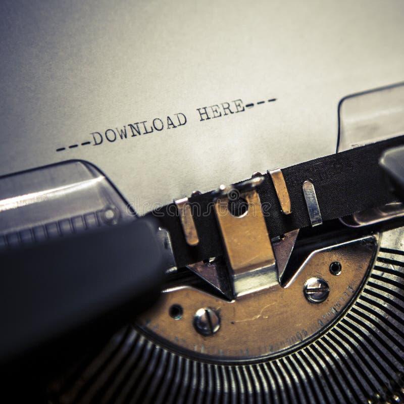 Máquina de escrever velha com transferência do texto aqui fotos de stock royalty free