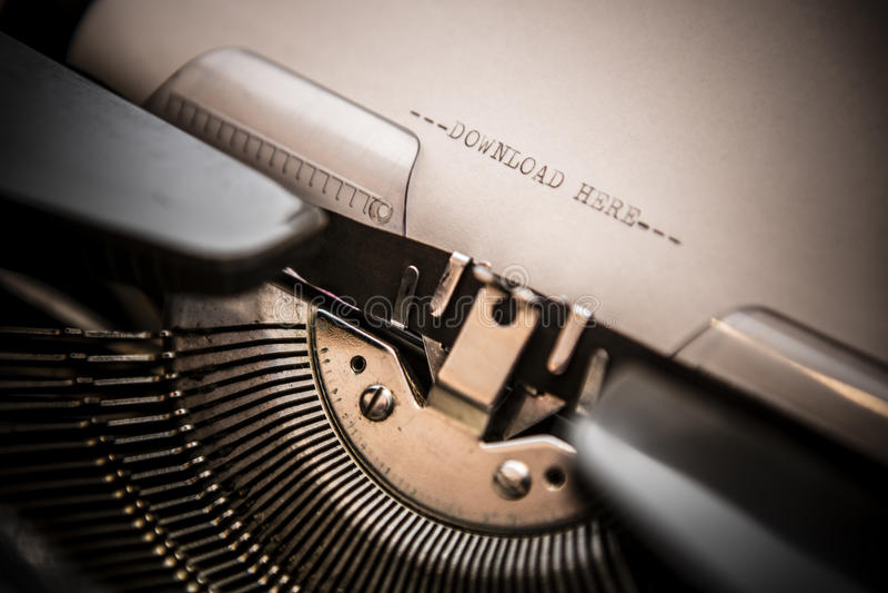 Máquina de escrever velha com transferência do texto aqui imagem de stock royalty free