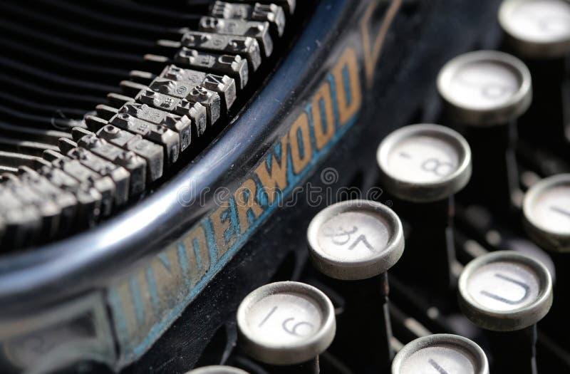 Máquina de escribir antigua a partir del siglo XX del principio en el objeto expuesto de la industria en una galería de arte imagen de archivo