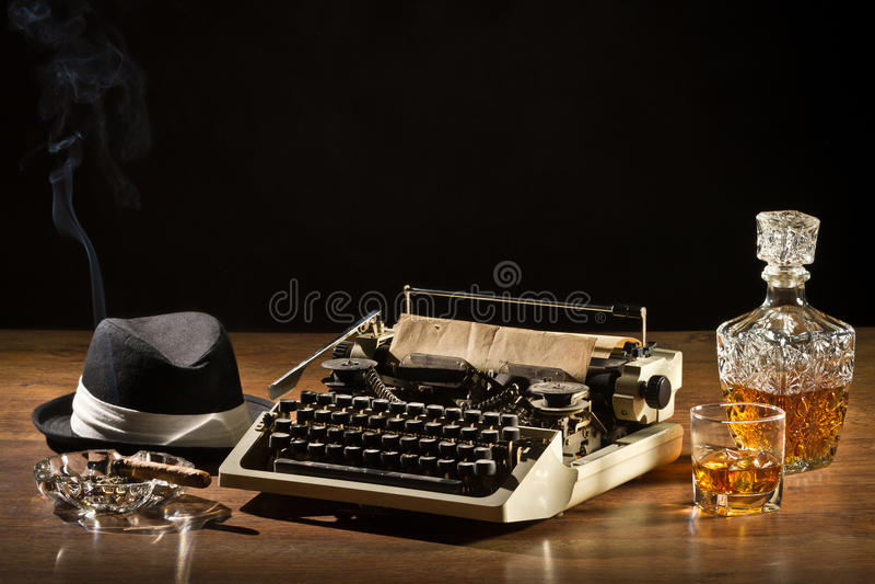 Máquina de escribir, cigarro, sombrero y whisky viejos Retro-Labrados imagenes de archivo