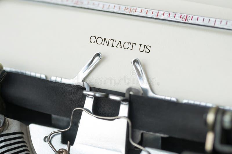 Máquina de escribir con el contacto nosotros texto fotografía de archivo libre de regalías