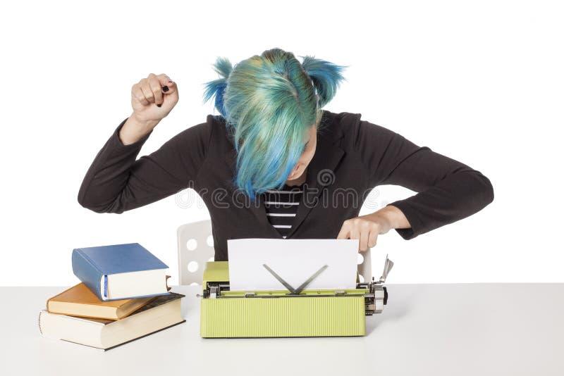 Máquina de escribir de la muchacha fotos de archivo