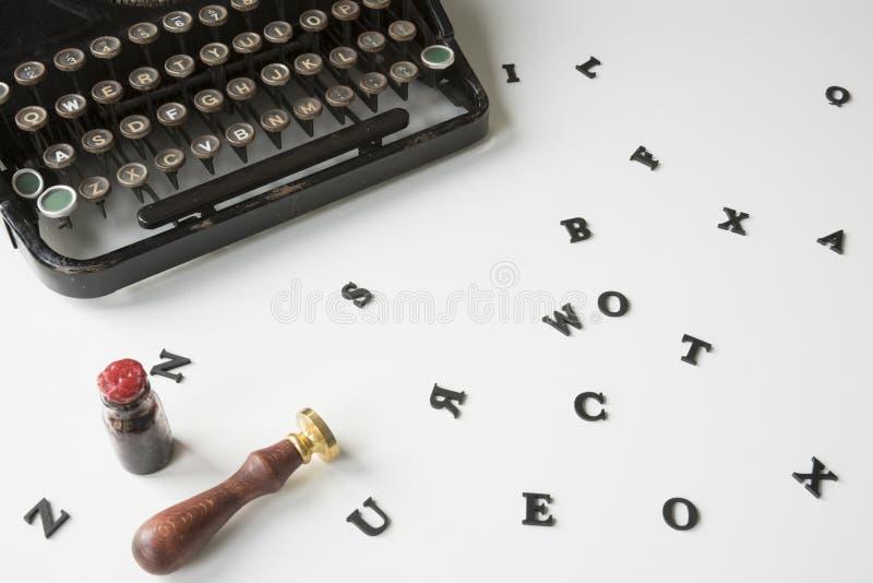 Máquina de escribir del vintage con las letras sucias en el escritorio blanco imagen de archivo libre de regalías