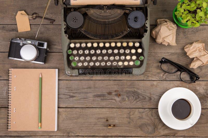 Máquina de escribir del vintage en el escritorio de madera viejo imagen de archivo libre de regalías